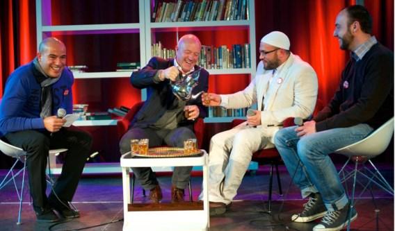 Om de nationale actiedag voor Syrië 12-12 te steunen en het belang van solidariteit te beklemtonen, dronken de komiek Geert Hoste en de imam Wim van Ael gisteren samen thee in het ontmoetingscentrum Nova op het Antwerpse Kiel – theedrinken is een belangrijk Syrisch gebruik. Geert Hoste, de peter van Syrië 12-12, liep vorige zondag al de Antwerp 10 Miles voor het goede doel. In het hele land vonden er gisteren acties plaats die geld inzamelden voor de slachtoffers van de oorlog in Syrië. Berichtgeving Syrië op blz. 31.