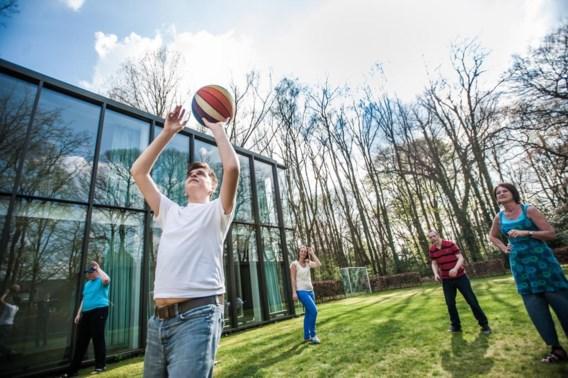Net terug van school of van hun dagbesteding, tijd om zich uit te leven in een spelletje basketbal in de tuin van Het Vriendenhuis.