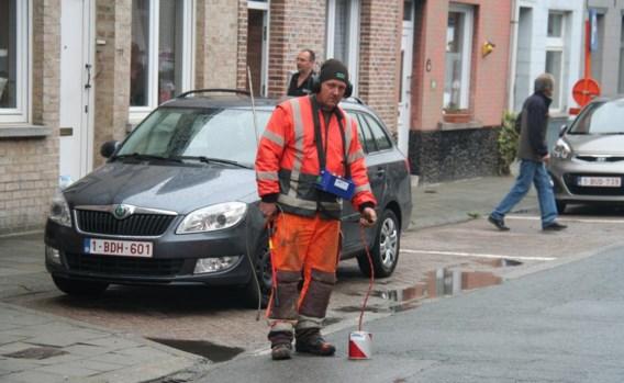 Met speciale apparatuur ging een medewerker van het waterbedrijf op zoek naar het waterlek.