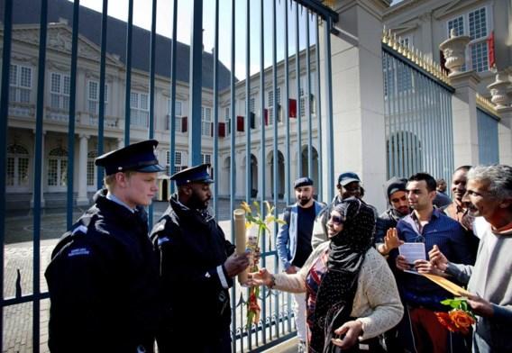 Afgewezen asielzoekers voeren actie voor Paleis Noordeinde, de werkplek van koningin Beatrix.
