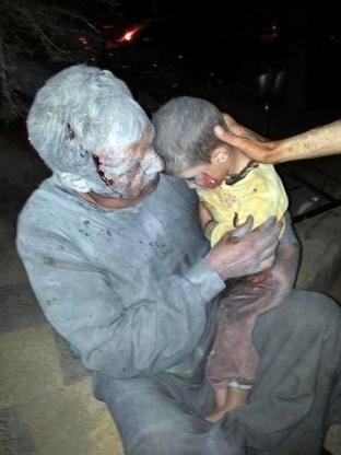 Een gewonde Syrische man en zijn zoon die in de noordwestelijke stad Saraqeb het slachtoffer zouden zijn geworden van een aanval met chemische wapens.