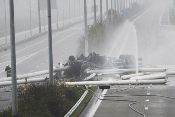 Gasflessen eindelijk geblust op E34, wrak vrachtwagen wordt getakeld