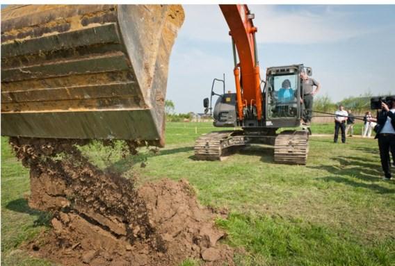 Hilde Crevits begon gisteren, met de hulp van een bulldozer, aan de bouw van de luchthaventunnel.