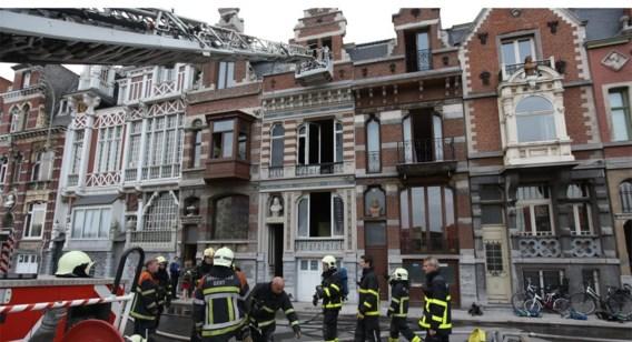 De brand woedde in het bovenste appartement van de woning.