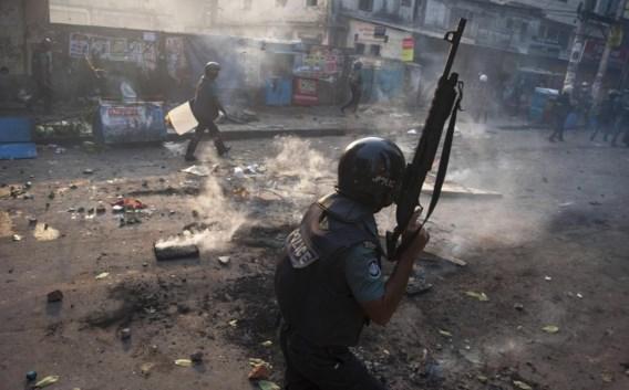 Oproerpolitie patrouilleert in de straten van Dhaka.