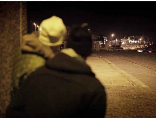 Illegalen wachten hun kans af om de haven van Oostende binnen te dringen.