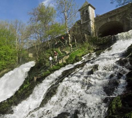 Het stuwmeer aan de waterval van Coo diende als inspiratiebron voor de energieatollen voor de kust, maar dan wel in een omgekeerde uitvoering.