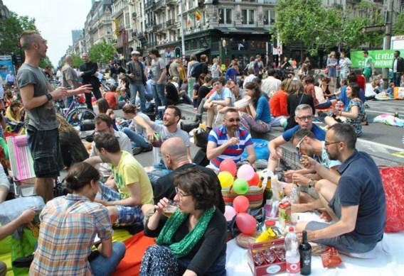 Het Beursplein werd ingepalmd door ruim tweeduizend picknickers. Iedereen bracht een hapje en een drankje mee en genoot van het weer.