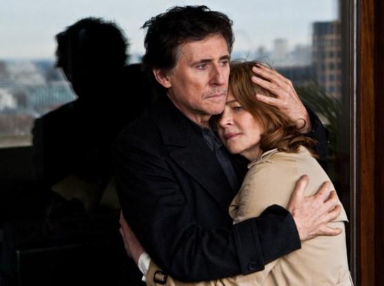 Ook oudere mensen daten. Charlotte Rampling in de armen van Gabriel Byrne in 'I, Anna', de film van haar zoon.
