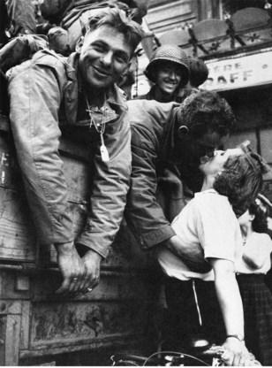 De overwinning bestond erin een glimlach te toveren op het gezicht van de française, die de soldaat dan zou belonen met een kus