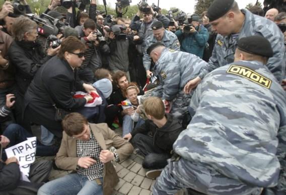 Russische agenten met curieuze jasjes pakken homo-activisten op.