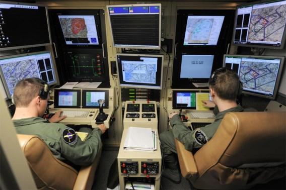Een Amerikaanse luchtmachtpiloot in opleiding (l.) wordt door een instructeur wegwijs gemaakt in de besturing van een drone op de Hancock Field-basis in Syracuse, New York.