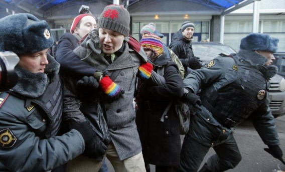 Betogers tegen de Russische anti-homowetten worden hardhandig aangepakt door de politie. Masha Gessen deelde in de klappen.