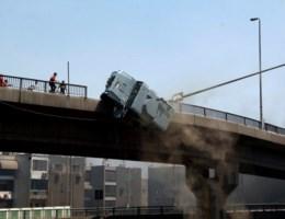 VIDEO. Politiebus van brug gegooid