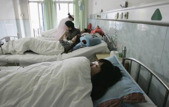 Een vrouw toont het litteken van haar gedwongen abortus.