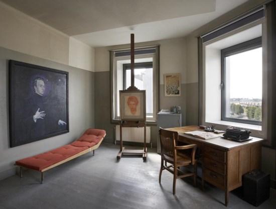 Het atelier, met riant zicht op de Scheldekaaien, is licht en neutraal.