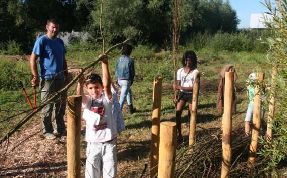 Leerlingen van de gemeenteschool staken de handen uit de mouwen in Het Moeras.