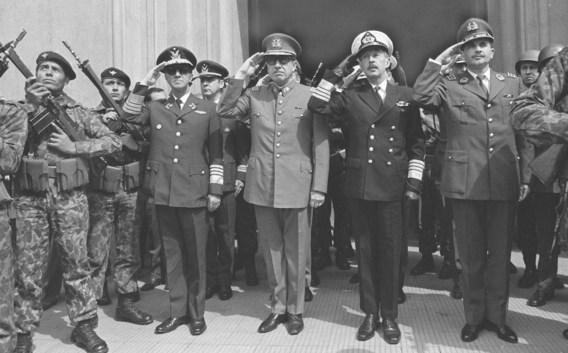 11 september 1973: Augusto Pinochet (saluerend 2de van links) heeft in Chili de macht gegrepen.