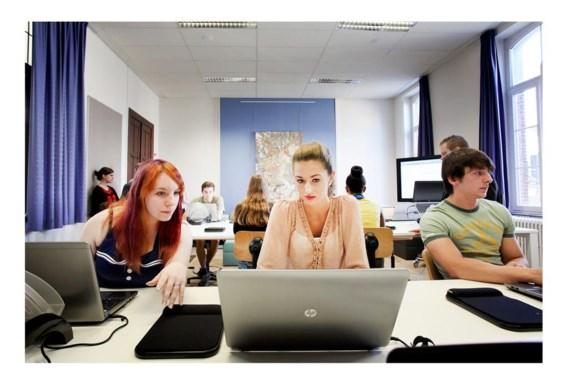 De jongeren van het zevende jaar kantoor probeerden het nieuwe klaslokaal gisteren uit.