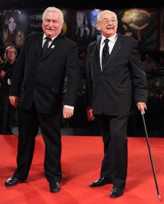 Regisseur Andrzej Wajda (r.) en Lech Walesa op de rode loper in Venetië.