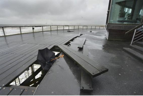 De wind rukte zes zware balken en een rooster van de wandelweg zomaar los van de pier.