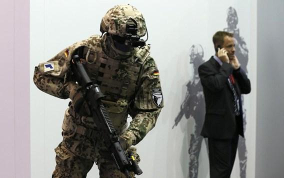 Rechts iemand die telefoneert, links een pop in Duitse gevechtsuitrusting