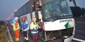 Inzittenden met de schrik vrij na klapband bus op E17 in Deerlijk