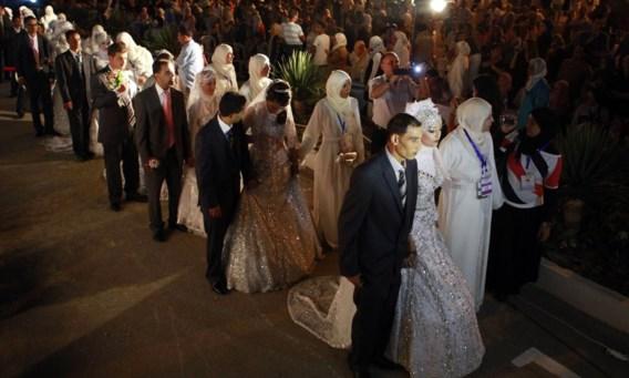 Een gezamenlijk huwelijk in Tunesië, gesponsord door een organisatie die jongeren die het niet breed hebben wil helpen trouwen.