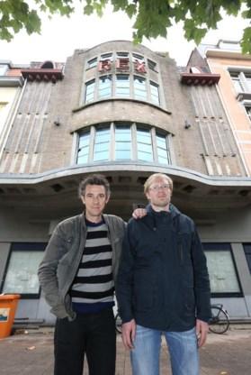 Nog maar twee weken geleden voerden de gemeenteraadsleden Bruno Matthys en Bram Vandekerckhove actie om het verkommerde gebouw te redden.