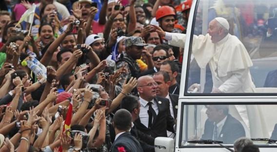'In Rio raakte zijn auto door de menigte ingesloten. Zijn entourage kreeg het benauwd, maar Franciscus glimlachte breed.'