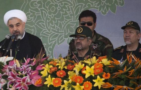 De Iraanse president, links, tijdens een speech in zijn land