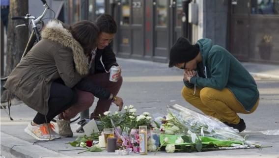 Mensen rouwen bij de plaats in Antwerpen waar zaterdagnacht een 18-jarige jongeman werd doodgestoken. De verdachte van de steekpartij is aangehouden, zo maakte het Antwerpse parket gisteravond bekend.  De 49-jarige man wordt moord ten laste gelegd. Berichtgeving op blz. 4.