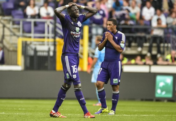 Cheikhou Kouyaté (l.) en Youri Tielemans reageren ontgoocheld na het 0–1-verlies tegen KV Kortrijk.