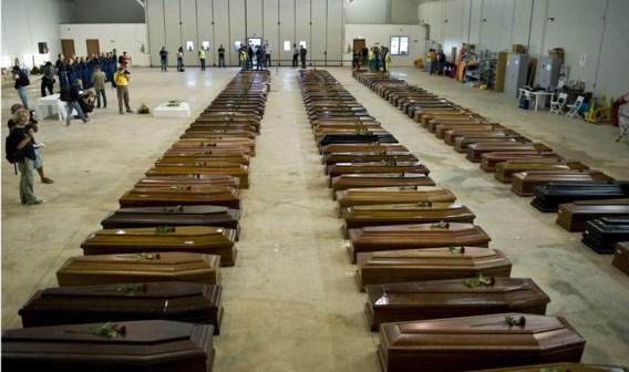 De lichamen van de omgekomen drenkelingen werden overgebracht naar een loods op de luchthaven van Lampedusa.