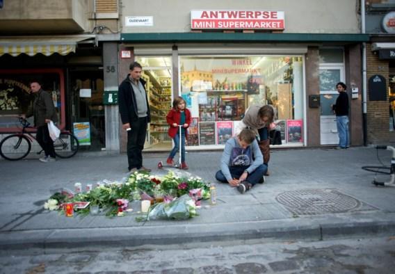Op de plaats waar Gregory is gestorven, legden rouwende vrienden gisteren bloemen neer.