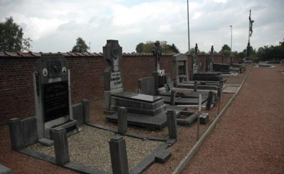 Het kerkhof van Scherpenheuvel heeft heel wat speciale grafmonumenten. 'Die blijven', zegt burgemeester Manu Claes.