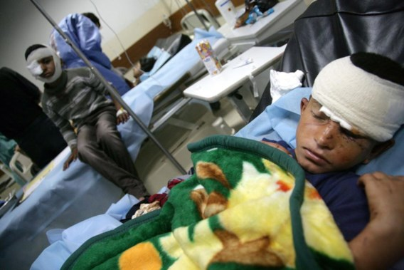 Bij diverse aanslagen in Irak zijn dit weekeinde bijna 90 mensen om het leven gekomen.  Een zelfmoordenaar reed gisteren met een truck naar de speelplaats van een basisschool in Tel Afar, in Noord-Irak. Veertien kinderen en hun leraar kwamen om het leven.Bij drie aanslagen zaterdag en zondag op sjiitische pelgrims die op weg waren naar een heiligdom in Bagdad, vielen 74 doden. De verdenking gaat uit naar radicale soennitische groeperingen, die al dan niet gelieerd zijn aan Al-Qaeda.Volgens de groepering Iraq Body Count zijn dit jaar in Irak al meer dan 6.000 mensen gewelddadig om het leven gekomen.Gewonde schoolkinderen worden verzorgd in een hospitaal in Dohuk.