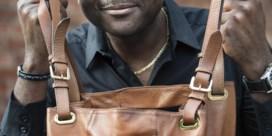 'Oude dametjes klemmen hun handtas tegen zich aan'