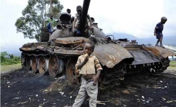 Kinderen spelen op een uitgebrande tank, achtergelaten door de rebellen van M23 in Kibumba.