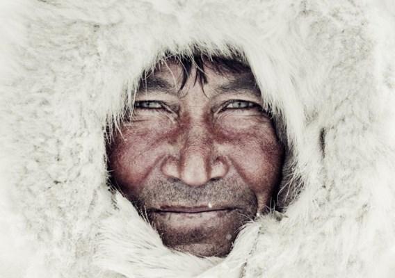 De Britse fotograaf Jimmy Nelson reisde twee jaar lang rond om foto's te maken van volksstammen die ver van de bewoonde wereld leven. Hij was te gast bij 31 stammen in de hele wereld, onder wie de Nenets in Rusland. Alvorens hij foto's kon maken, moest Nelson het vertrouwen van de stamleden winnen. Wat hij aantrof, was een wereld waarin rechtvaardigheid en eer vanzelfsprekend zijn, waar strikte regels en rituelen gelden, waar transparantie heerst zonder hypocrisie. Het boek 'Before they pass away' is pas uit. Een voorproefje vindt u op bladzijde 22-23