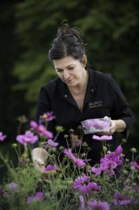 Arabelle Meirlaen aan de slag in haar bloemen- en kruidentuin.