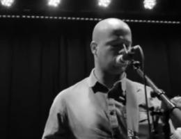 Bekijk Directeur, de nieuwe videoclip van Flip Kowlier