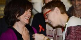 IN BEELD. Topmodel Hannelore Knuts speldt Kamerleden rood lintje op