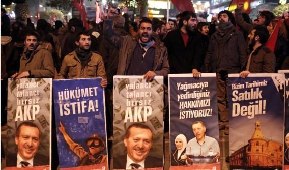 Tegenstanders van Tayyip Erdogan trokken gisteravond de straat op in Istanbul om het vertrek van de regering én de premier te eisen.