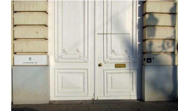 Uit de statige hoge poorten van het Grondwettelijk Hof werd een kleiner deurtje gezaagd.