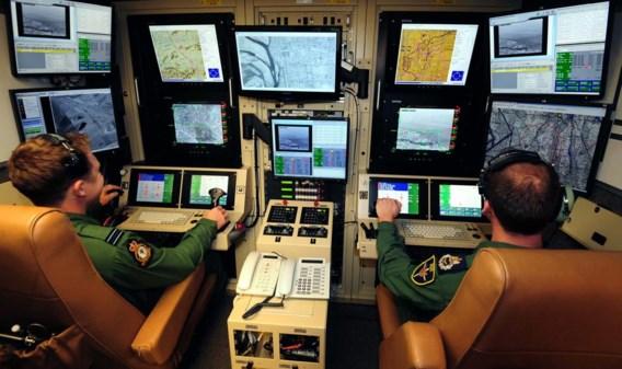 In de controlekamer volgen de piloten een gelanceerde drone op videoschermen.