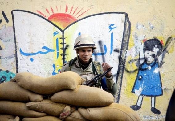 Een jonge Egyptische soldaat houdt de wacht achter zandzakjes voor een stembureau in een schooltje in Caïro. Na de coup tegen de verkozen president Morsi, lid van de Moslimbroederschap, moeten de Egyptenaren bij referendum een nieuwe grondwet goedkeuren. Stemmen ze 'ja', dan zal sterke man generaal Sisi dat zien als een volksbesluit om hem op de faraotroon te hijsen.