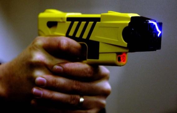 Voetganger aangevallen met stroomstootwapen en knuppel