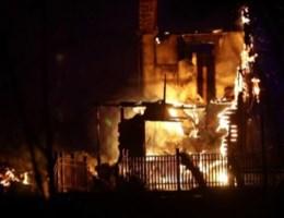 Vuurzee zet Noors dorp in lichterlaaie