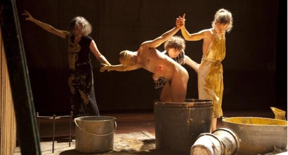 De Nederlandse theatergroep Maatschappij Discordia, hier met 'Over de kunst', moet het nu zonder subsidies doen.